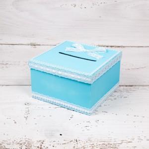 Cutie dar botez bleu cu dantela alba si perlute